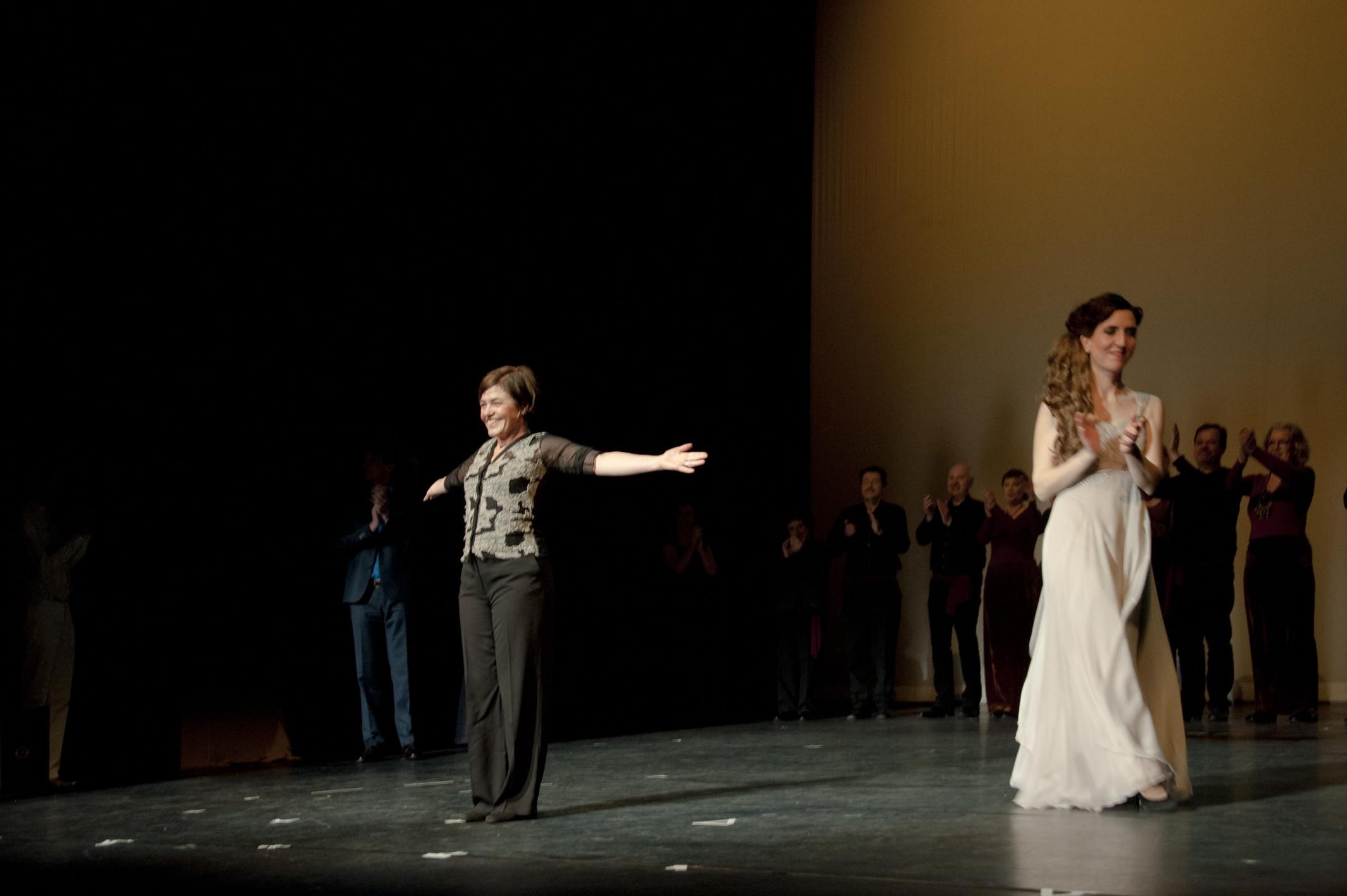 Margot neemt het applaus in ontvangst na het dirigeren van Händels muzikale drama Semele in de Leidse Schouwburg